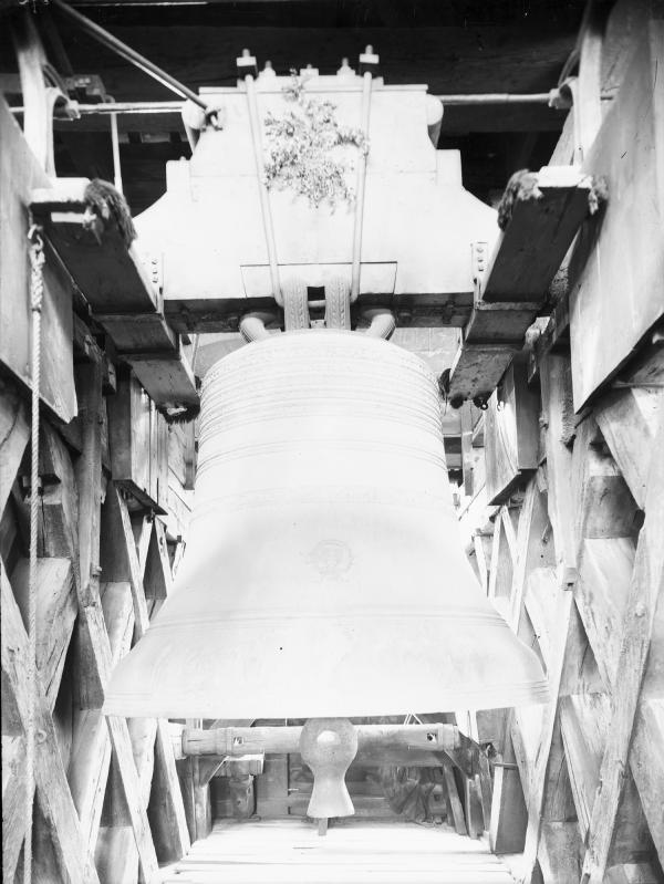 [La Grosse cloche de la cathédrale Saint-Jean de Lyon, avec ses agrès et dans son beffroi, prise du côté du levant]