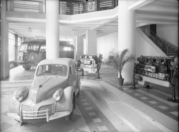 [Garage Atlas, avenue de Saxe : exposition de voitures Panhard et de moteurs diesel]