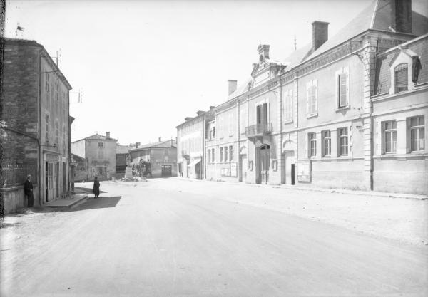 [Rue principale d'un village (Monsols ?)]