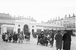 [Foire de Lyon en 1918 : pavillon de l'Automobile (groupe 49) sur la place Bellecour (côté ouest)]