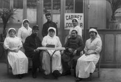 [Hôpital de la Salle Gambetta : infirmières et soldats assis]