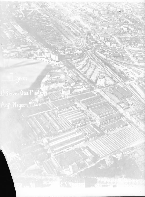 [Les usines de la Buire et le boulevard de la Part-Dieu. Lieutenant Seive : observation photographique, adjudant Migeon : pilote]