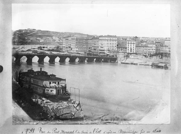 [Vue de l'ancien pont Morand en bois et du quai d'Albret, d'après un daguerréotype fait en 1844]