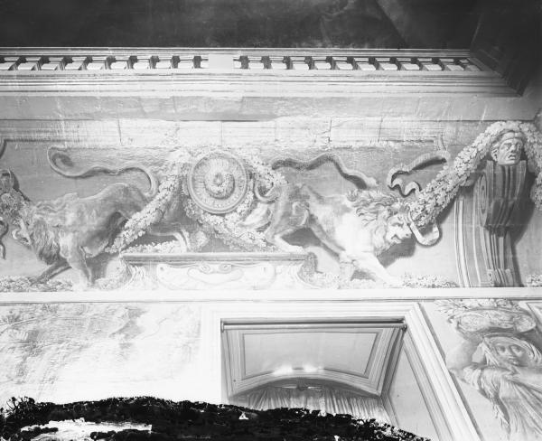 [Hôtel de ville de Lyon, détail des peintures en grisailles de l'escalier d'Honneur : lions adossés]