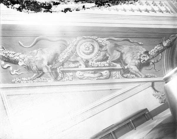 [Hôtel de ville de Lyon. Détail des peintures en grisailles du soubassement de l'escalier d'Honneur : lions adossés]
