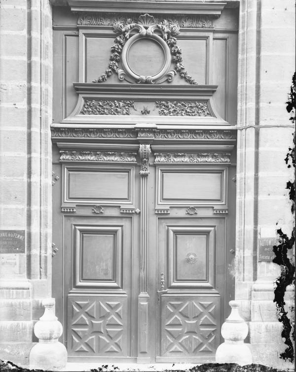 [6, rue Boissac : porte décorée et imposte de l'entrée cochère de l'institution des Dames du Sacré-Coeur]