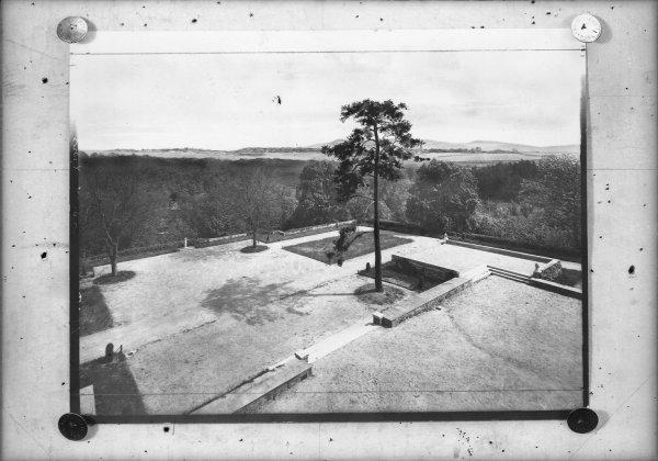 [Domaine de Lacroix-Laval : arbre et jardin]
