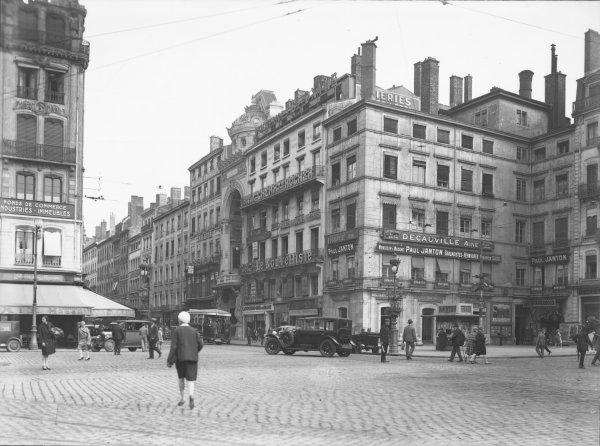 [La Place Le Viste : immeubles du Progrès et du Nouvelliste]