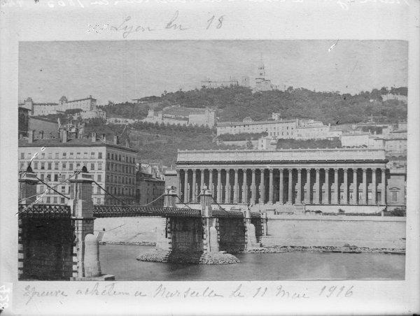 [Le Coteau de Fourvière et le Palais de Justice en 1865]
