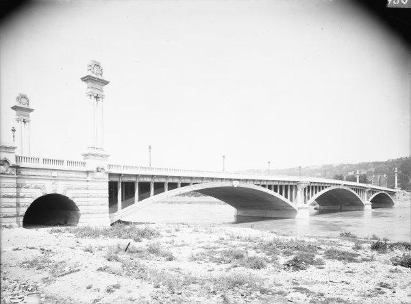 [Le Pont Pasteur]