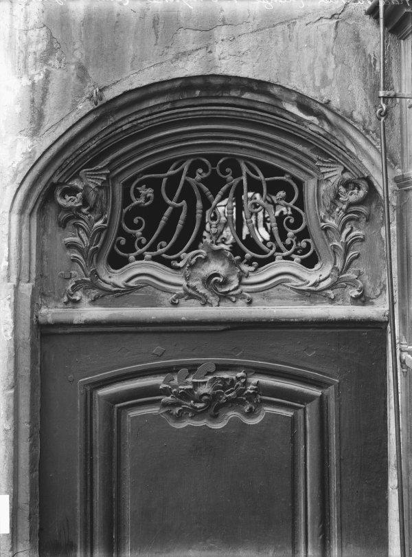 [1, place du Petit-Change : porte et imposte]
