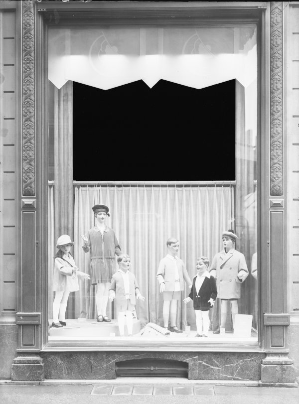 "[""La Belle Jardinière"" : vitrine]"