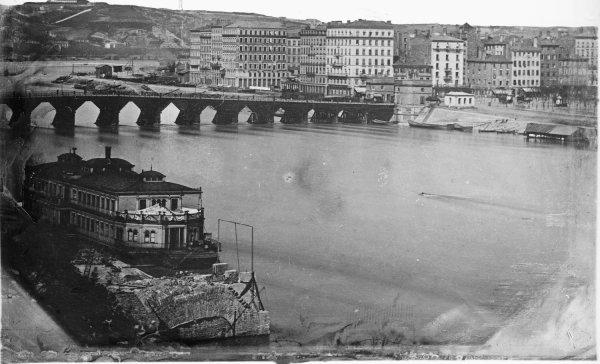 [Vue du pont Morand et du quai de l'Est]