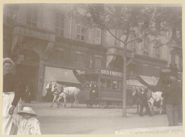 [Ligne Gare de Genève-Archeveché : car Ripert place Bellecour, à la fin du XIXe siècle]