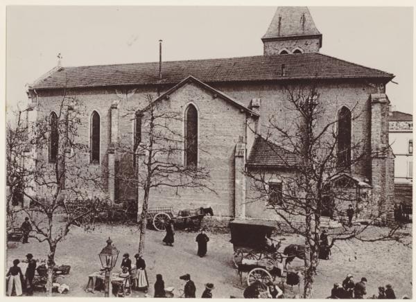 [Place Wilson : Eglise Sainte-Madeleine et premier marché aux puces, au début du XXe siècle]