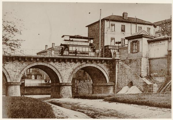 [Pont d'Oullins : Tramway à impériale (ligne 10), au début du XXe siècle]