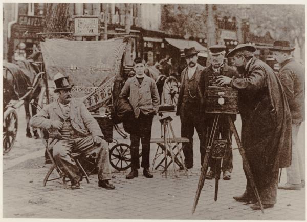 [Un photographe ambulant, à la fin du XIXe siècle]