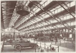 [L'Exposition internationale de Lyon, en 1914, dans le grand hall du marché aux bestiaux de la Mouche, à Gerland]