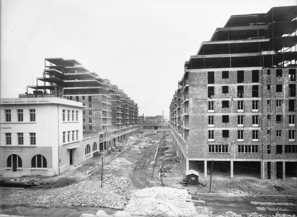 [Construction des Gratte-Ciel à Villeurbanne : hôtel des postes et future avenue Henri-Barbusse]
