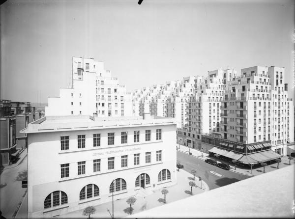 [L'Avenue Arstide-Briand, le central téléphonique et l'avenue Henri-Barbusse vus depuis l'hôtel de ville de Villeurbanne]