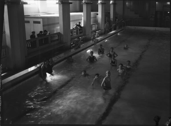 [La Piscine d'hiver des Gratte-Ciel à Villeurbanne : les baigneurs]