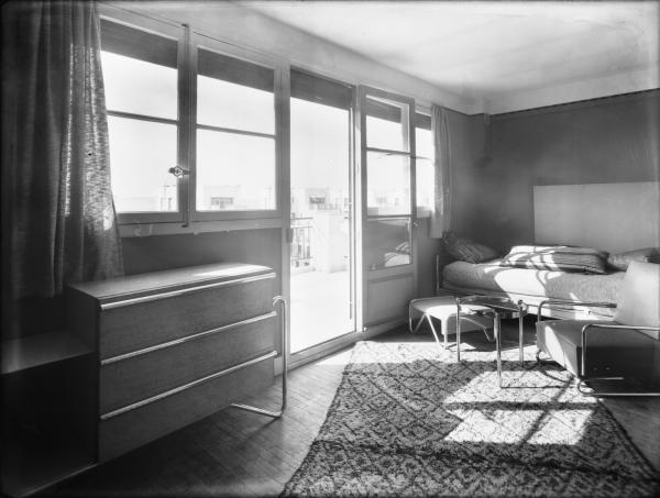 [Intérieur d'un appartement des Gratte-Ciel à Villeurbanne : la chambre à coucher et la terrasse]