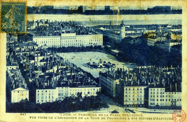 Lyon : Panorama de la Place Bellecour ; Vue prise de l' Ascenseur de la Tour de Fourvière à 376 mètres d'altitude.