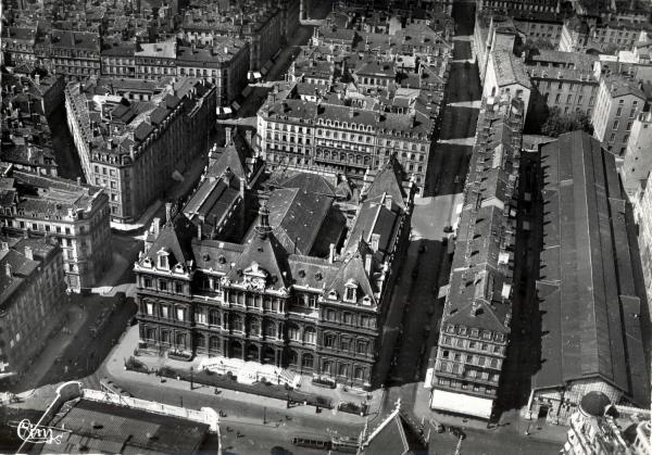 Lyon (Rhône) : Palais de la Bourse ; Les Halles
