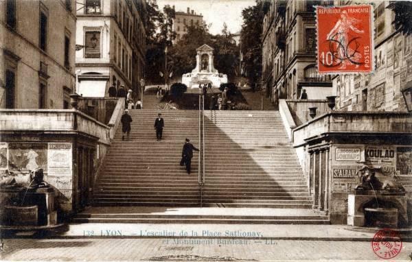 LYON : L'Escalier de la Place Sathonay et Monument Burdeau.