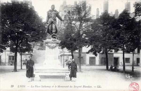 LYON : La Place Sathonay et le Monument du Sergent Blandan.