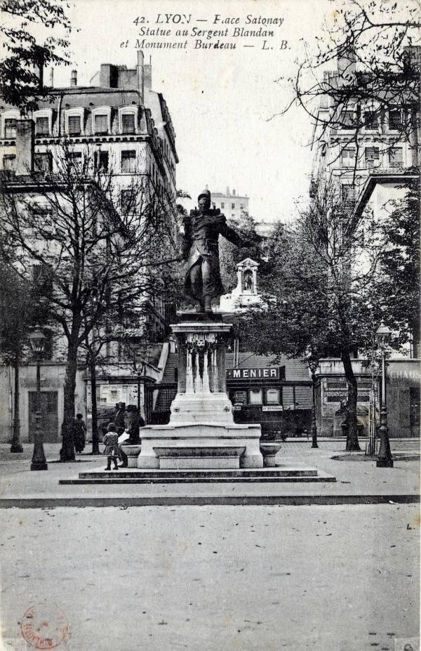 Lyon : Place Sathonay ; Statue au Sergent Blandan et Monument Burdeau. L. B.