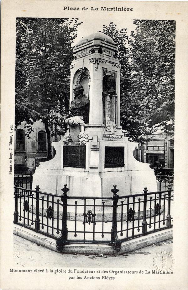 Place de La Martinière ; Monument élevé à la gloire du Fondateur et des Organisateurs de la Martinière par les Anciens Élèves.