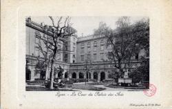 Lyon : La Cour du Palais des Arts.
