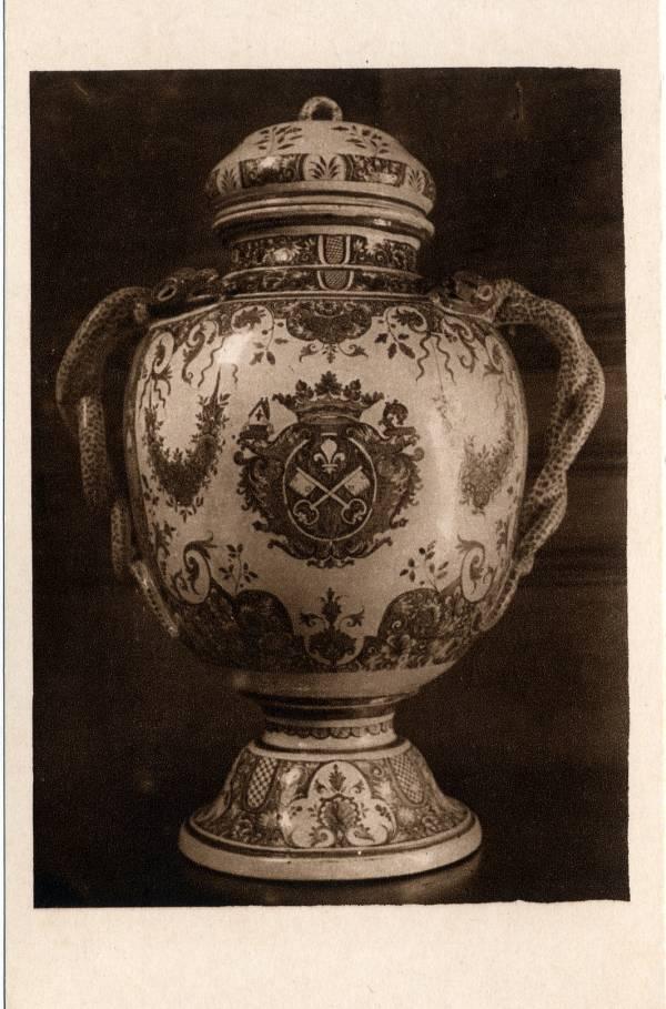 Musée Historique des Hospices civils de Lyon ; Collections de Céramiques : Grand vase à Thériaque en faïence de Rouen (1732).
