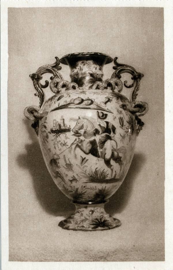 Musée Historique des Hospices civils de Lyon ; Collections de Céramiques : Urne en faïence de Venise (XVIIe siècle).