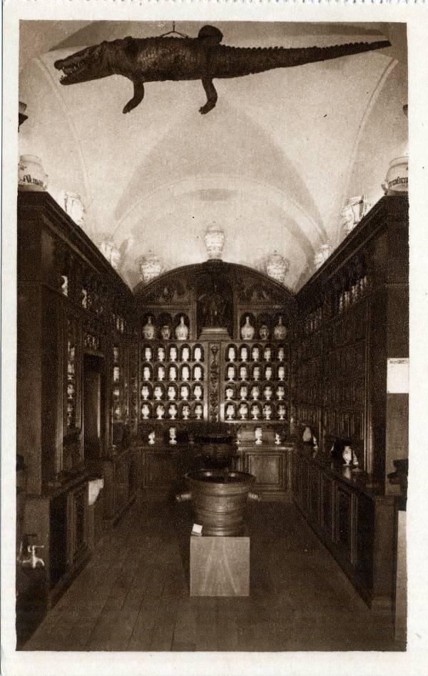 Musée Historique des Hospices civils de Lyon : Cabinet de Pharmacie - époque Louis XIII.