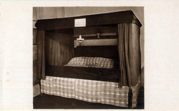 Musée Historique des Hospices civils de Lyon : Ancien lit à quatre places pour malades.