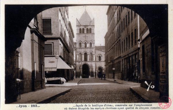 Lyon : façade de la basilique d'Ainay, construite sur l'emplacement où étaient décapités les martyrs chrétiens ayant qualité de citoyens romains...