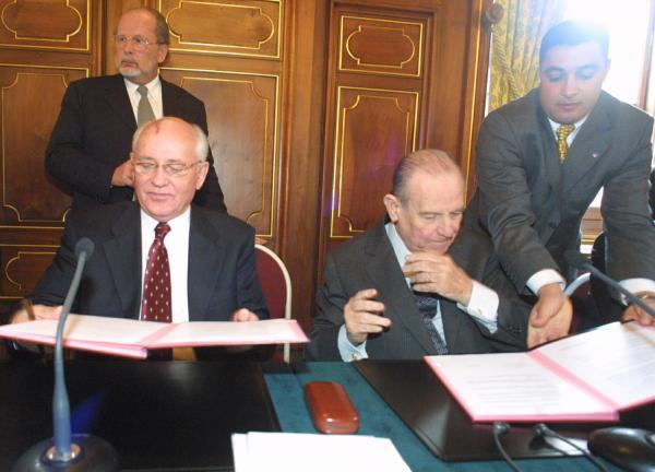 [Signature des accords sur l'implantation de la Croix Verte internationale à Lyon]