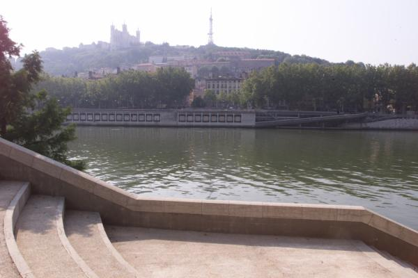 [Les bords de Saône, sur l'emplacement de l'ancien pont du Change]