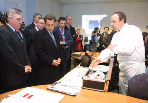[Nicolas Sarkozy en visite à la sous-direction de la Police Technique et Scientifique à Ecully]