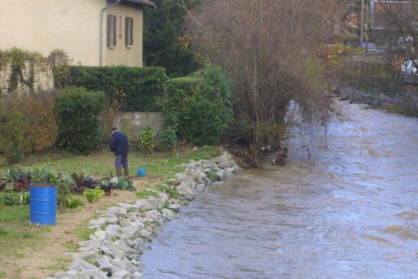 [Inondations dans le Rhône : l'Yseron en crue à Oullins]