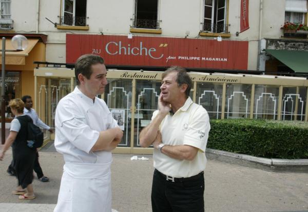 """[Jean-Paul Lacombe devant le restaurant """"Au Chiche""""]"""