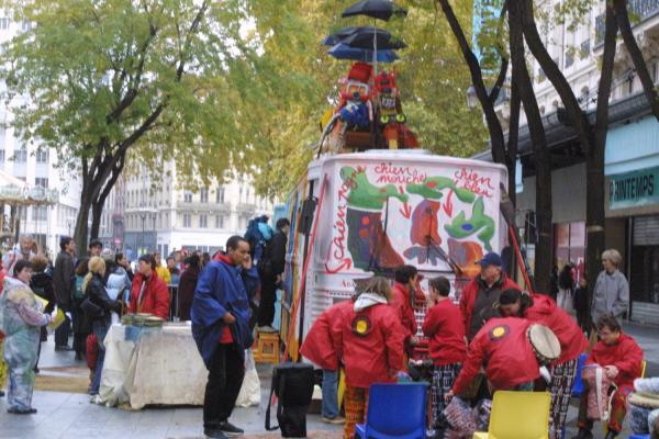 """[7e Biennale d'art contemporain de Lyon (2003). Les bus de """"L'Art sur la place""""]"""