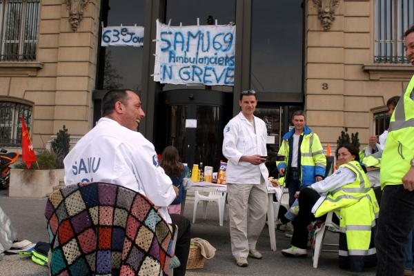 [Sit-in des ambulanciers du SMUR aux Hospices civils de Lyon]