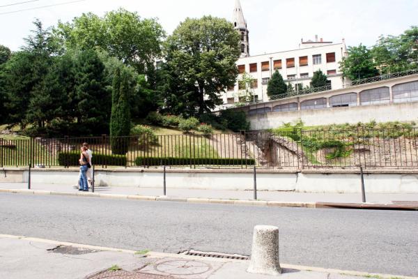 [Le Jardin des plantes et l'amphithéâtre des Trois Gaules]