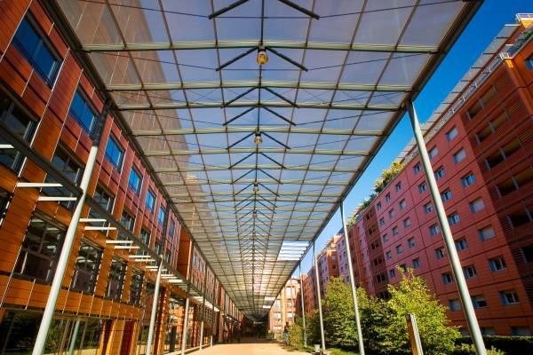 Lyon Cité Internationale : La rue piétonne intérieure semi-couverte