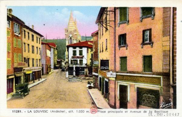 La Louvesc (Ardèche), alt. 1050 m. : Place principale et avenue de la Basilique.