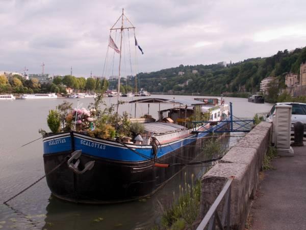 Quai des Etroits : péniche sur la Saône