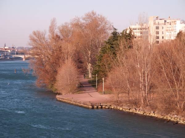 Quai du Canada vu du pont Pasteur